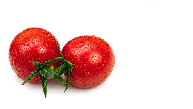 Dois tomates cereja com gotas de água.