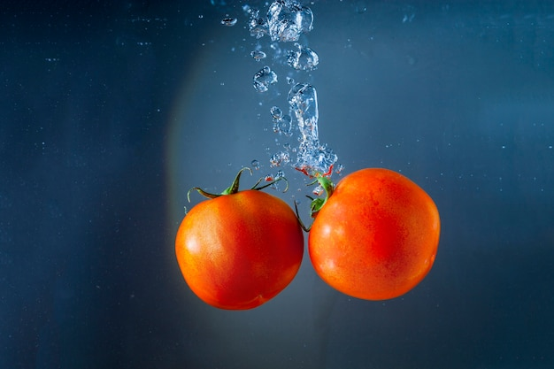 Dois, tomates, imerso, água