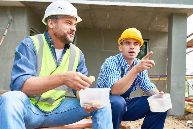 Dois trabalhadores da construção civil na pausa para o almoço