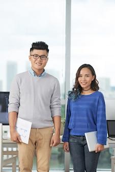 Dois trabalhadores de escritório