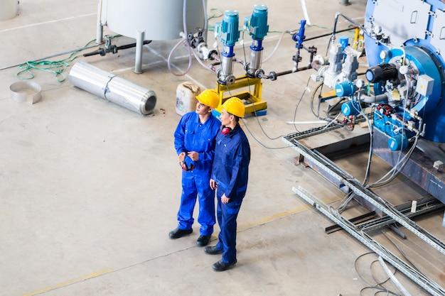 Dois, trabalhadores, em, industrial, fábrica, discutir