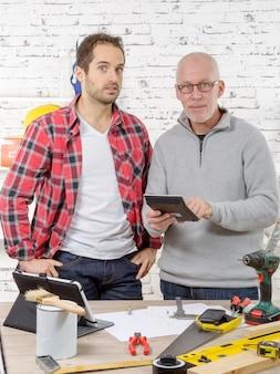 Dois, trabalhadores, olhando calculadora, em, estúdio