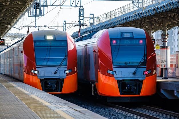 Dois trens vermelhos modernos da estação de metrô do círculo central de moscou na plataforma
