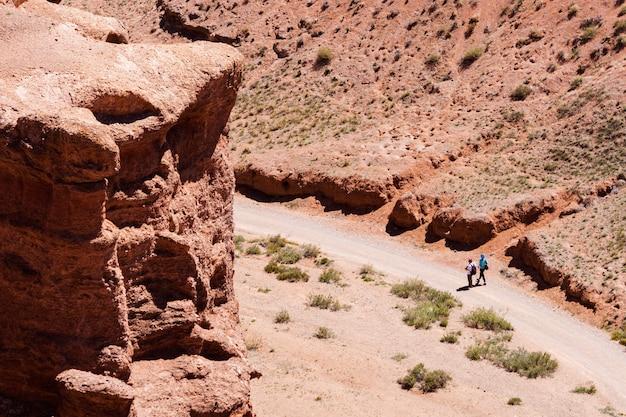 Dois turistas vão para a garganta charyn canyon no cazaquistão