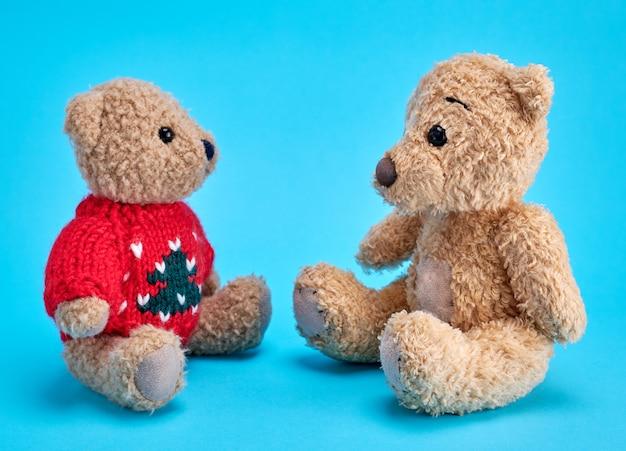 Dois ursos de pelúcia estão sentados