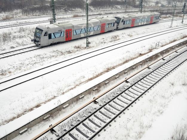 Dois vagões permanecem nos trilhos sob queda de neve de inverno na alemanha