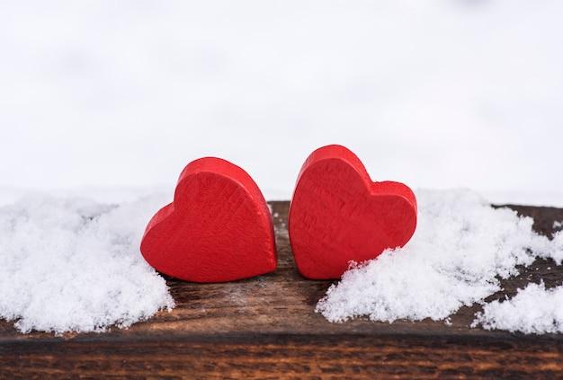 Dois, vermelho, madeira, corações