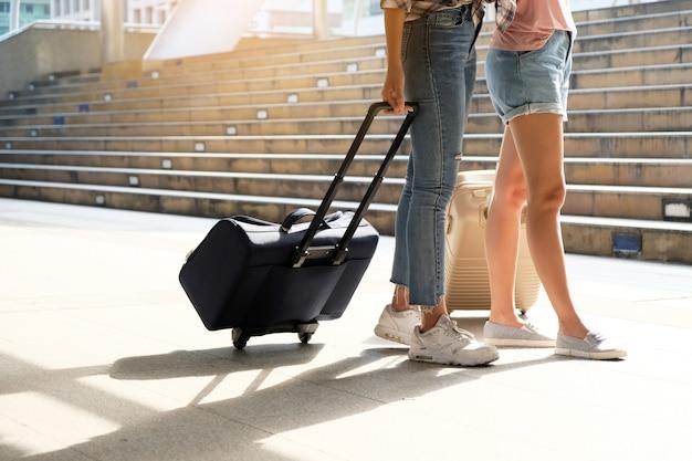 Dois viajantes andando a bolsa.