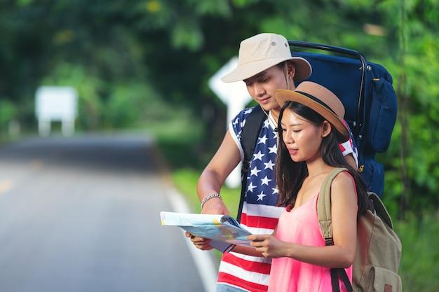 Dois viajantes caminhando em uma rua do interior