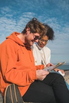Dois viajantes com um mapa.