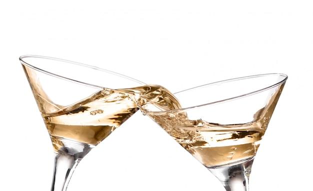 Dois vinho que roda em um copo de martini do cálice, isolado em um fundo branco