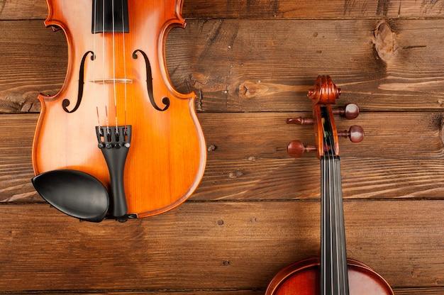 Dois violinos na madeira