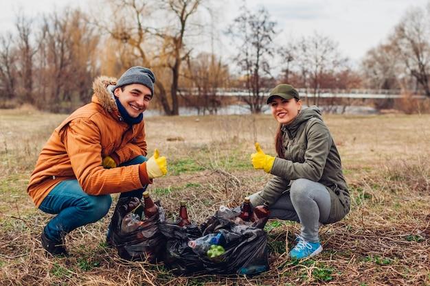 Dois voluntários limparam o lixo no parque.