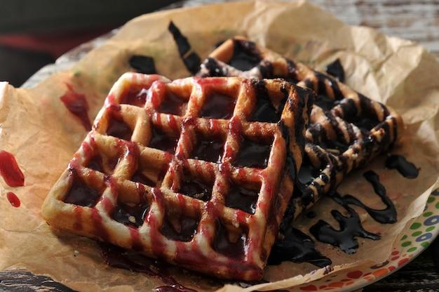 Dois waffles belgas com geléia de framboesa e chocolate
