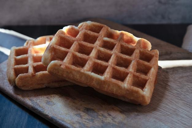 Dois waffles em um tabuleiro de mandarim