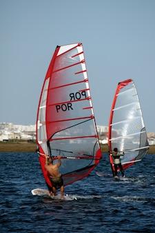 Dois windsurfistas