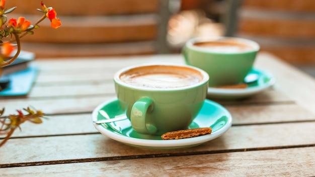 Dois, xícara café, ligado, tabela madeira