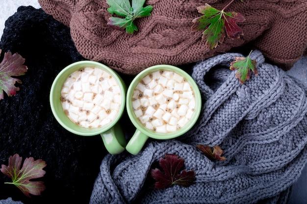 Dois xícara de café ou chocolate quente com marshmallow