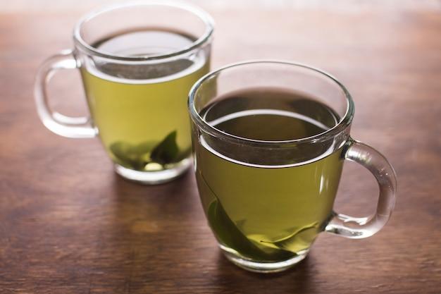 Dois xícara de chá de ervas na mesa de madeira