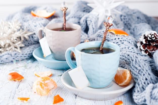 Dois, xícaras chá, com, teabag, e, xmas, árvore