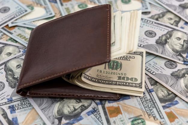 Dólar americano em carteira de couro escuro, conceito financeiro