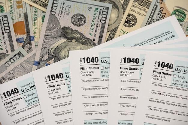 Dólar americano no formulário de imposto individual de 1.040. conceito financeiro e contábil