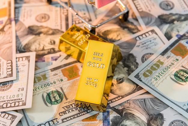 Dólar com barras de ouro como conceito de riqueza ou poupança de finanças. pilha de nós notas e ouro. dinheiro rico