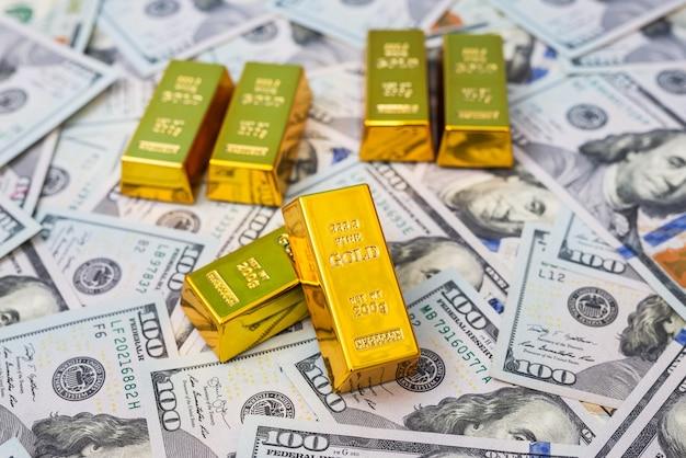 Dólar com barras de ouro como conceito de riqueza ou poupança de finanças. pilha de nós notas e ouro.