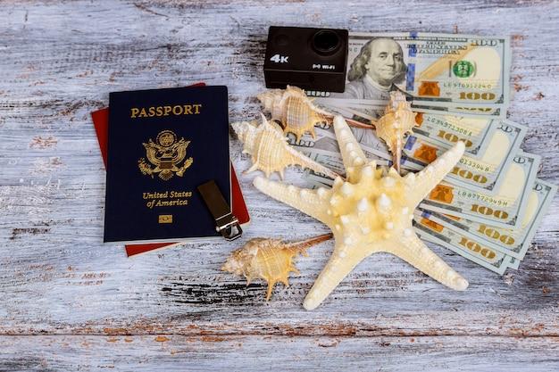 Dólar com passaporte e economia de dinheiro e viagens conceito de férias