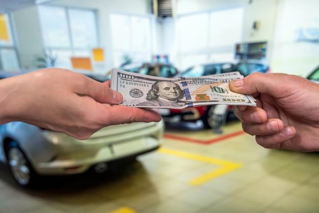 Dólar de mão masculino, tirar dinheiro no fundo do carro. conceito de negócios