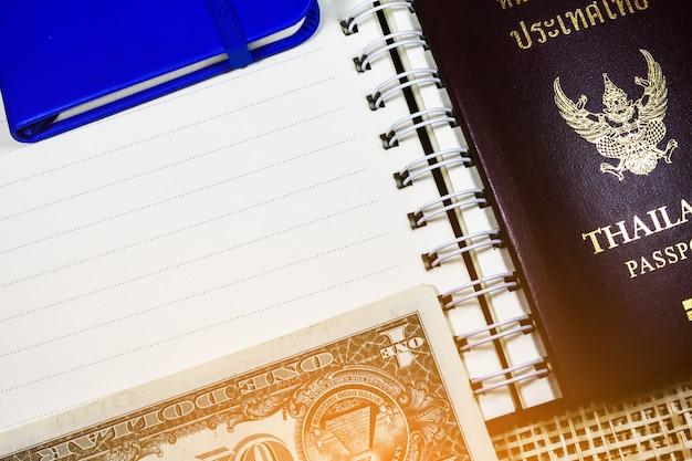 Dólar e passaporte da tailândia