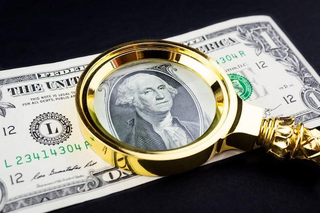 Dólar e uma lupa