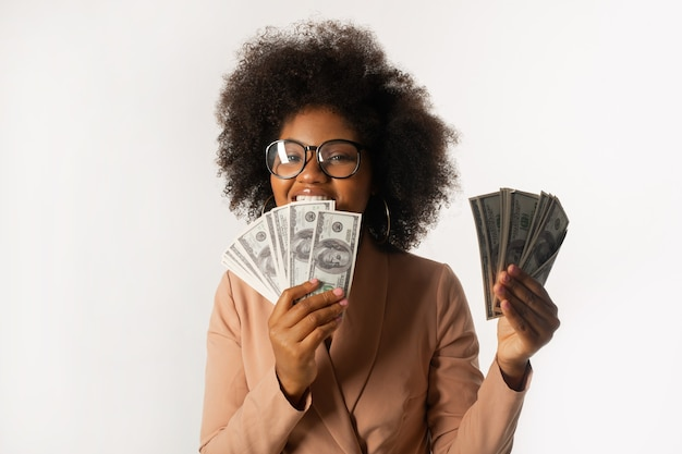 Dólar mordendo mulher africana em fundo branco
