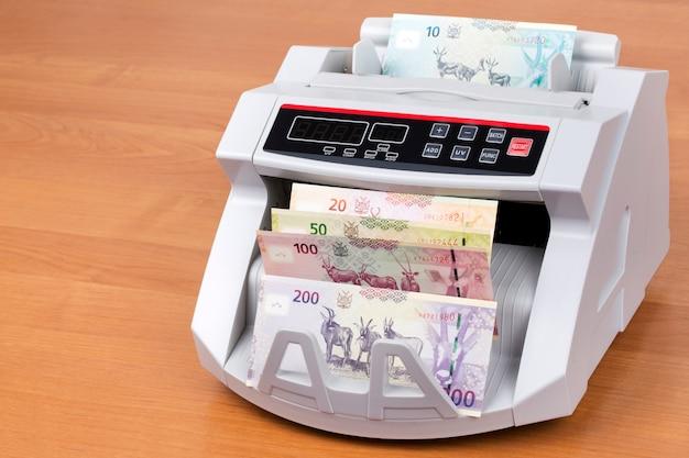 Dólar namibiano em uma máquina de contagem