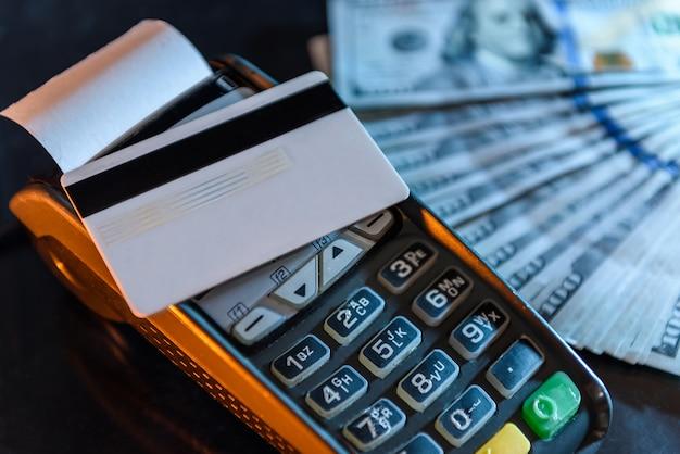 Dólares americanos com cartão de crédito e terminal