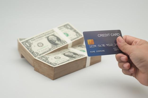 Dólares americanos e cartões de crédito para pagamento