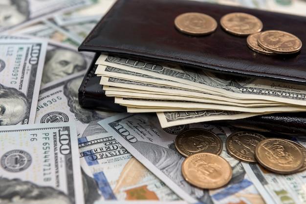 Dólares americanos e centavos em carteira de couro escuro. conceito financeiro de negócios.