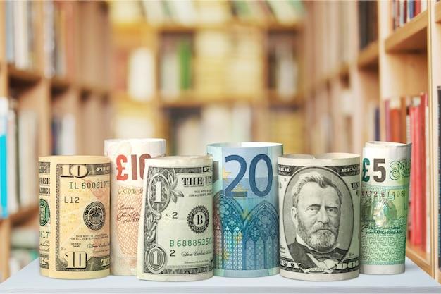 Dólares americanos e euros em segundo plano