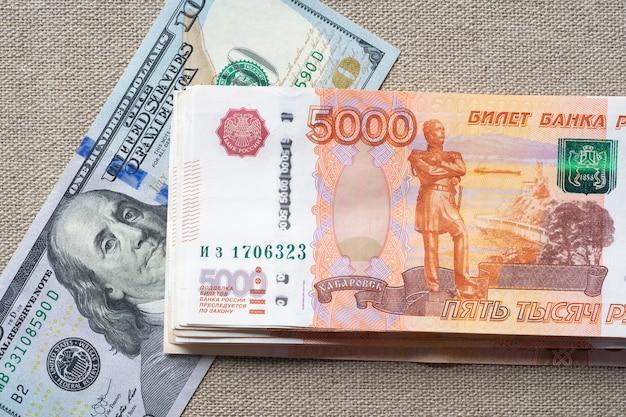 Dólares americanos e rublos russos. conceito de negócios. taxa de câmbio dólar-rublo.