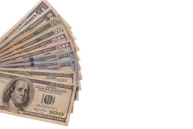 Dólares americanos em dinheiro em um fundo branco