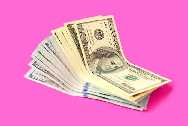 Dólares americanos em um rosa.