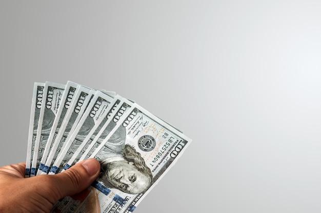 Dólares americanos em uma mão masculina