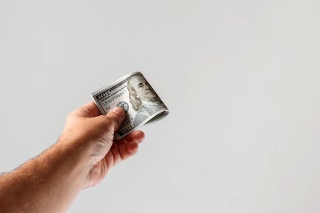 Dólares americanos em uma mão