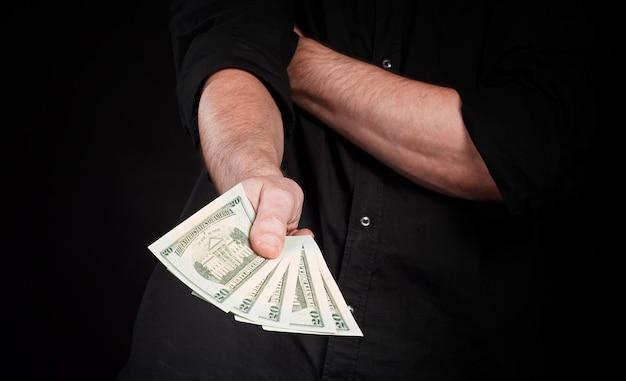 Dólares americanos nas mãos