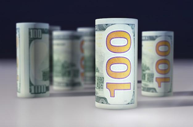 Dólares americanos notas empilhadas umas nas outras