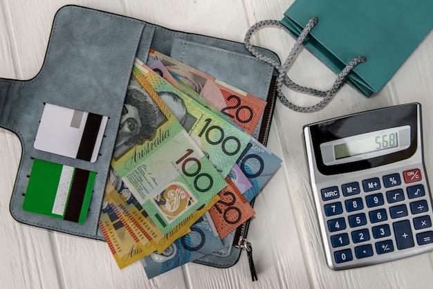 Dólares australianos com cartões de crédito na carteira
