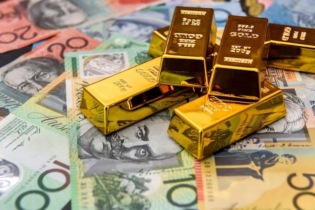 Dólares australianos com lingotes de ouro de perto