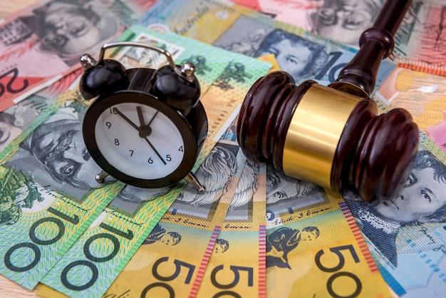 Dólares australianos com martelo de madeira
