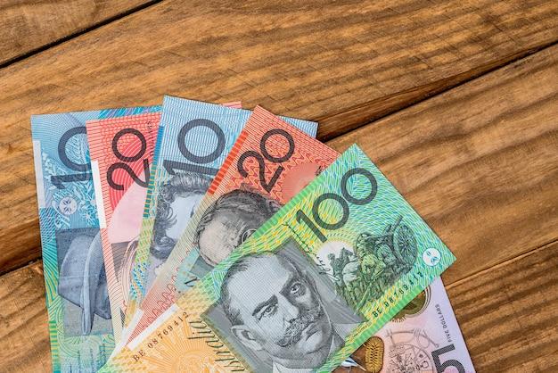Dólares australianos na mesa