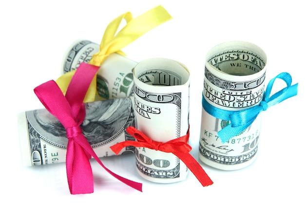 Dólares com laço de presente isolado